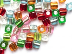 Acheter 50 perles en plastique cube - inclusion multicolore - 7,5x8mm - 3,49€ en ligne sur La Petite Epicerie - Loisirs créa...