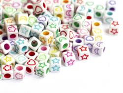 Acheter 50 perles cubes en plastique - symboles multicolores sur fond blanc - 6 mm - 0,99€ en ligne sur La Petite Epicerie -...
