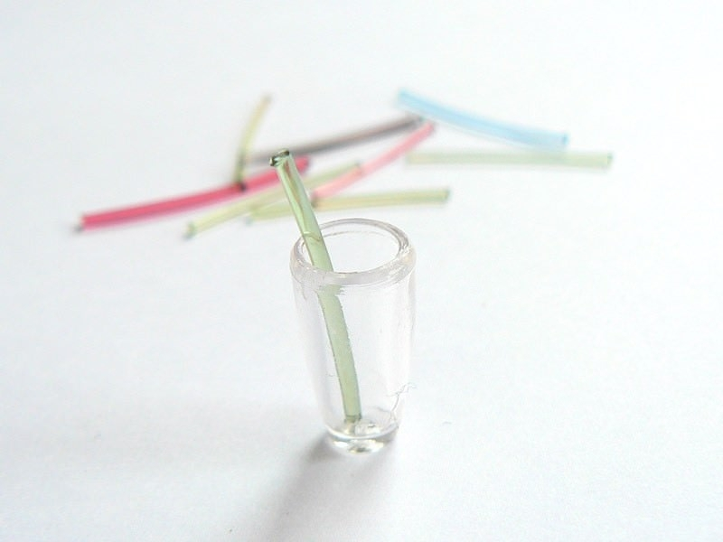 20 small plastic straws