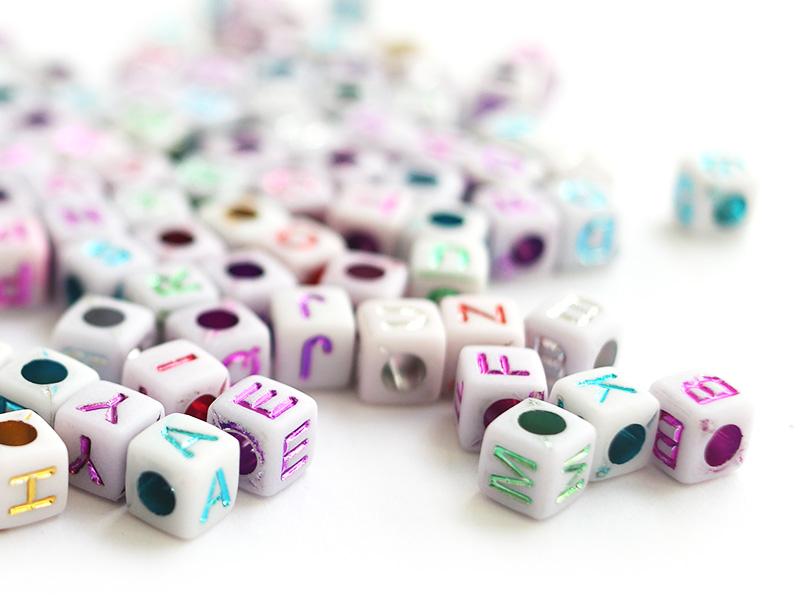 Acheter 200 perles cubes en plastique - lettre alphabet métallisées - 6 mm - 2,99€ en ligne sur La Petite Epicerie - Loisirs...