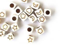 Acheter 20 perles carrées - cubes en plastique - mix cœur fleur étoile - doré et blanc - 6 mm - 0,99€ en ligne sur La Petite...