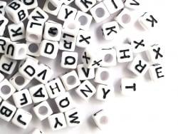 Acheter 200 perles carrées - cubes en plastique - lettres alphabet - noir et blanc - 6 mm - 3,99€ en ligne sur La Petite Epi...