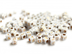 Acheter 200 perles carrées - cubes en plastique - lettres alphabet - doré et blanc - 6 mm - 2,99€ en ligne sur La Petite Epi...
