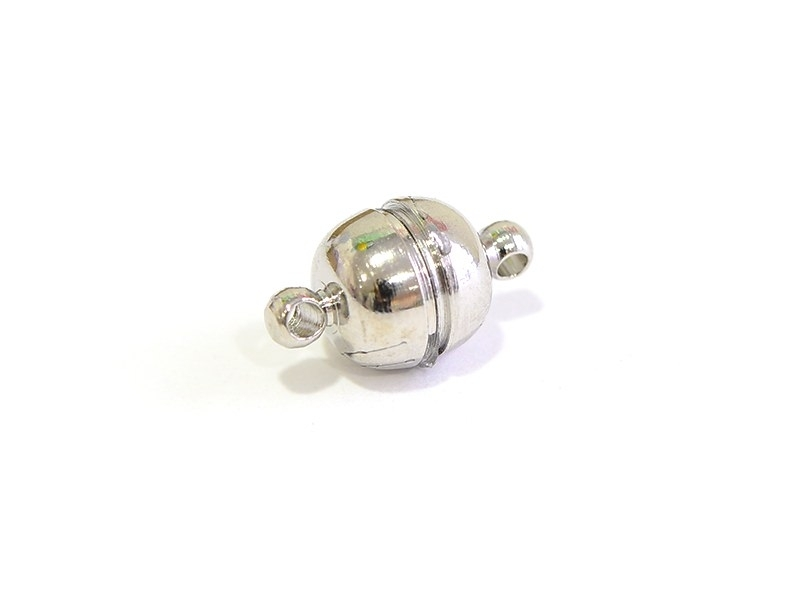 Round, silver-coloured magnetic clasp